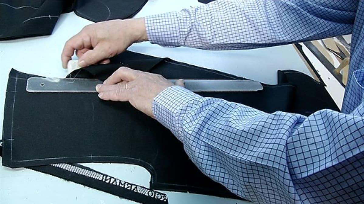 Vaatturi Hannu Kuitunen piirtää kaavoja miesten pukua varten. b2efe7141b