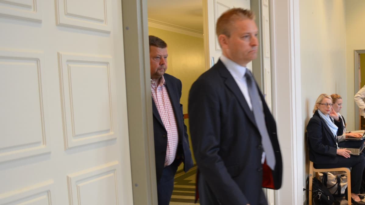 Pekka Perä menossa oikeussaliin.