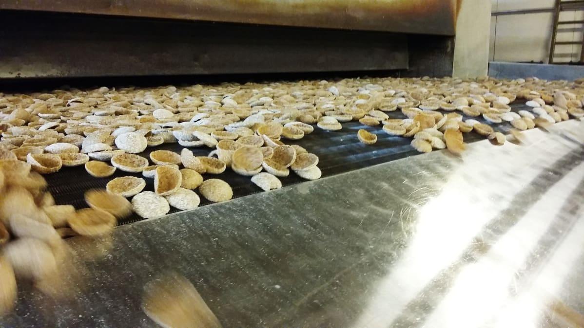 Ruissipsejä tuotantolinjastolla Linkosuon leipomossa