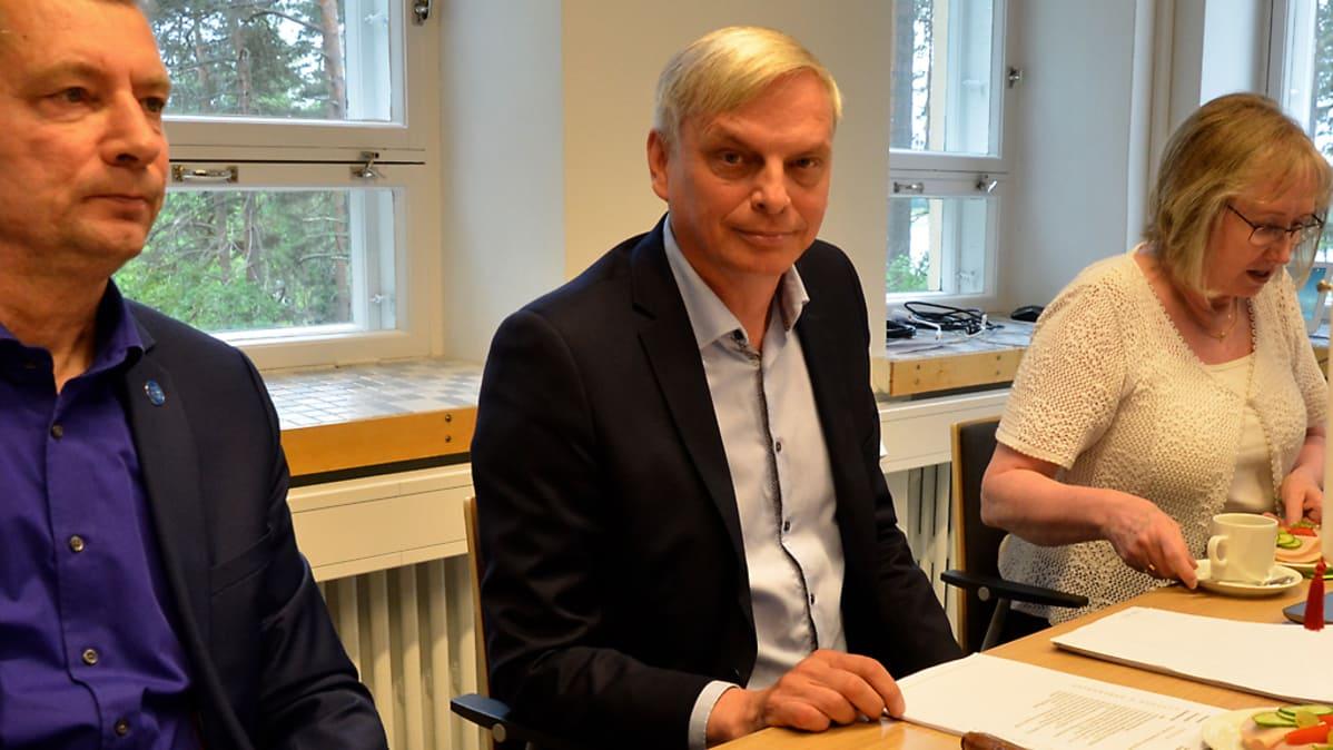 Ari Berg johtaa Parikkalan kunnanhallitusta. Kuvassa myös kunnanjohtaja Vesa Huuskonen (vasemmalla) ja hallintojohtaja Eija Hämäläinen.