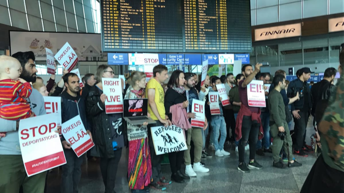 The demonstration Helsinki-Vantaa airport 24-year-old Iraqi girl forced to return against on 26 June.