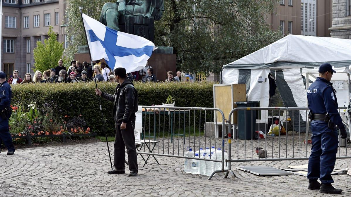 Poliisi purki Suomi ensin -mielenosoituksen Helsingin Rautatientorilla 26. kesäkuuta 2017.