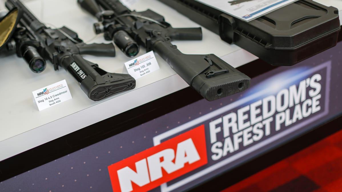 Donald Trumpin tukeman ja amerikkalaisen perustuslaillisen aseenkanto-oikeuden puolestapuhujayhdistuksen NRA:n aseita  esillä Yhdysvaltain Kansallisen kivääriyhdistyksen vuosittaisessa tapahtumassa Atlantassa 27. huhtikuuta 2017.