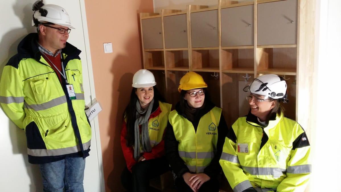 Harri Laaksonen, Heidi Kauti, Virve Reunanen ja Heidi Karlsson tutustuvat Loimana uuteen päiväkotiin.