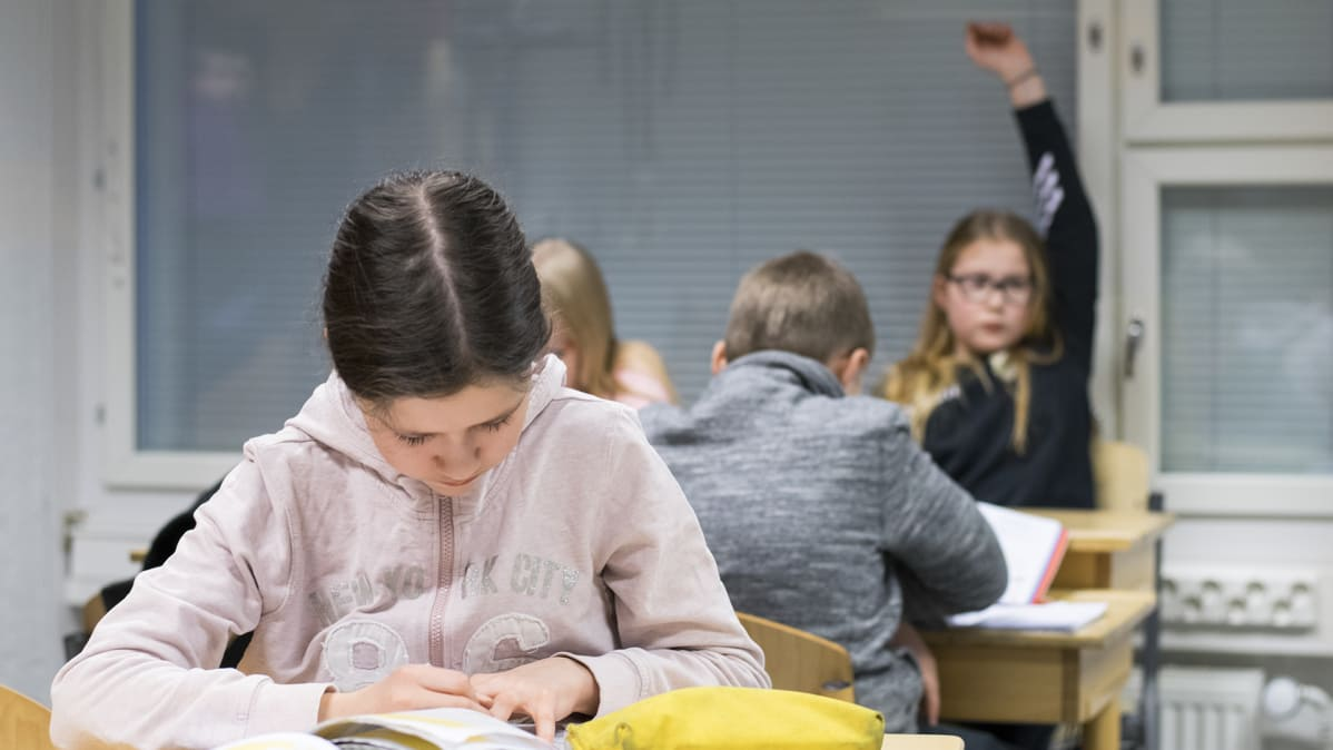 Jyväskylän kristillisen opiston oppilas Ella Vertainen tekemässä matematiikan tehtäviä