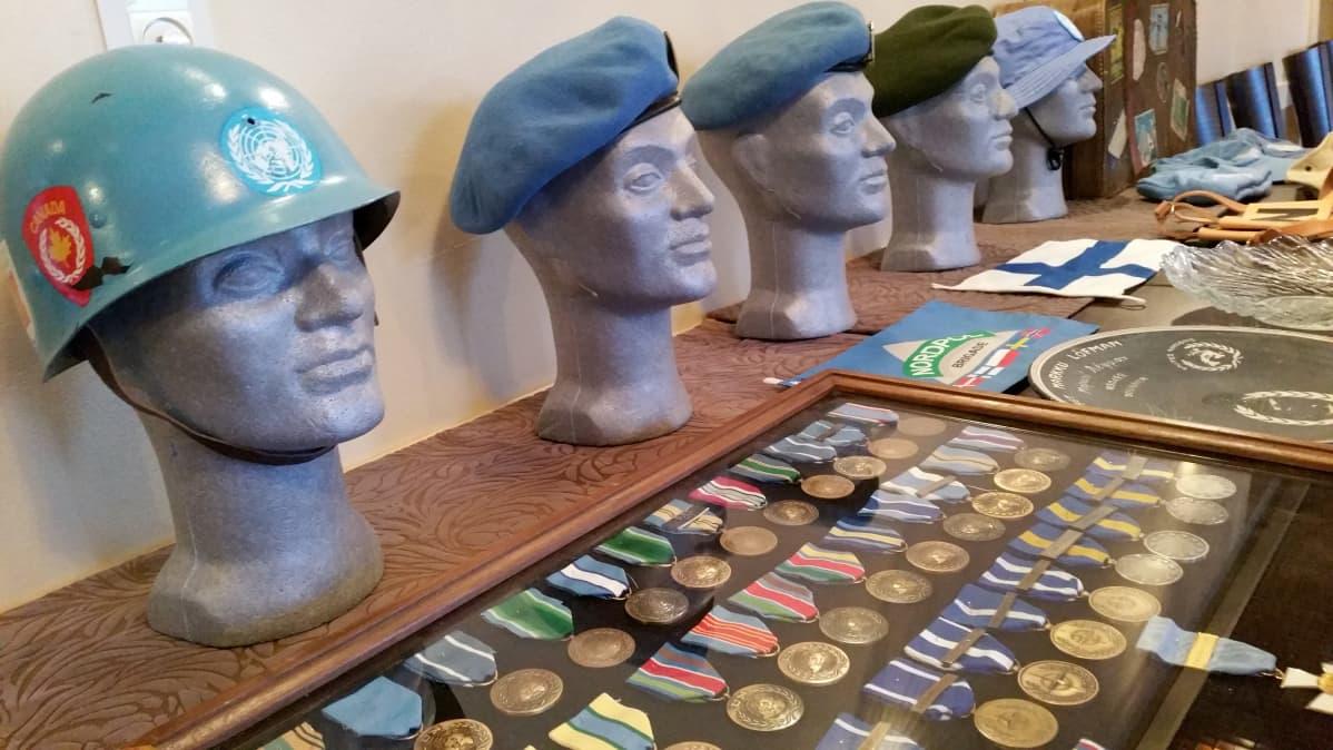 Rauhanturvaajan kypärä ja baretteja