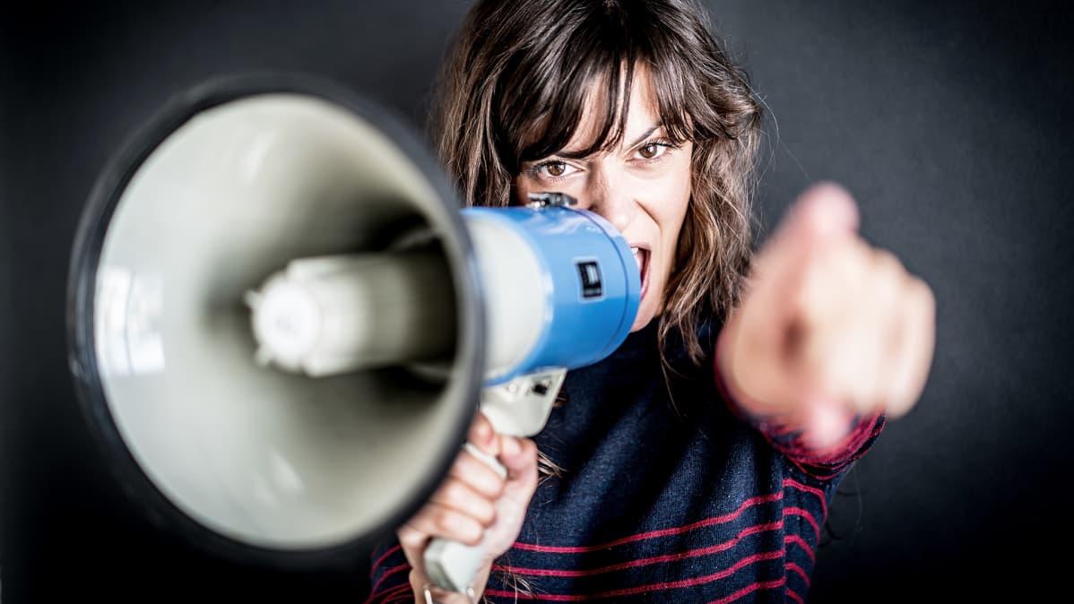 Nainen puhuu megafoniin.
