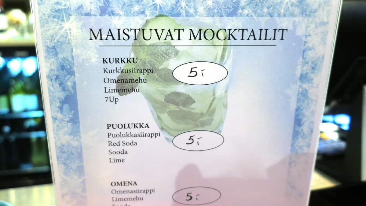 Maistuvat mocktailit -hinnasto baaritiskillä.