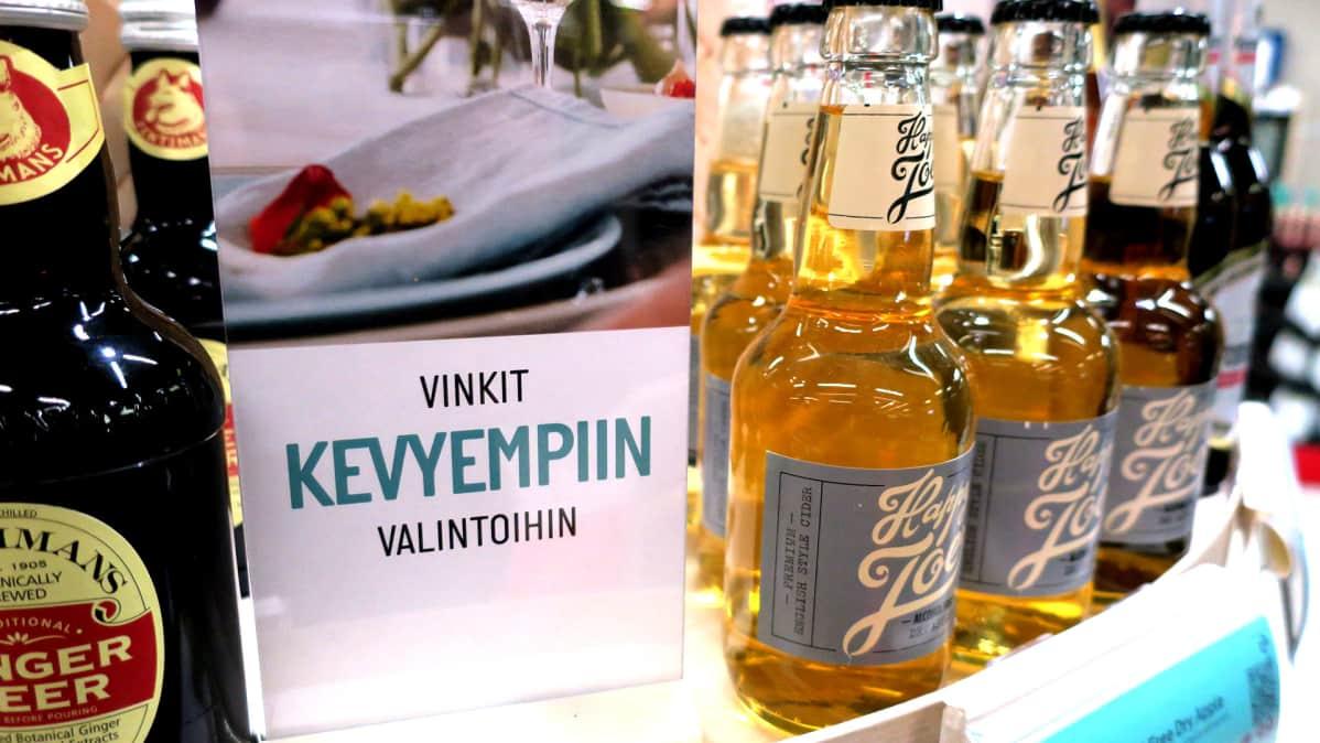 Alkoholittomia siidereitä esillä Alkon hyllyssä.