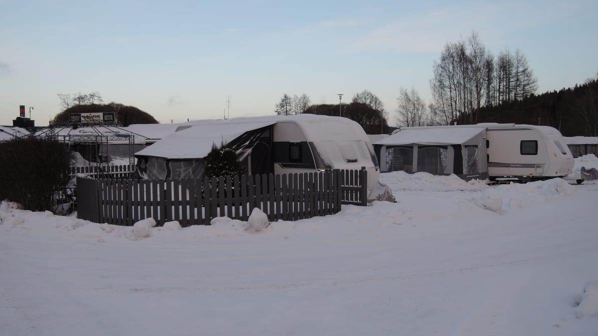 Karavaanarikylä heräilee aamuhämärässä.