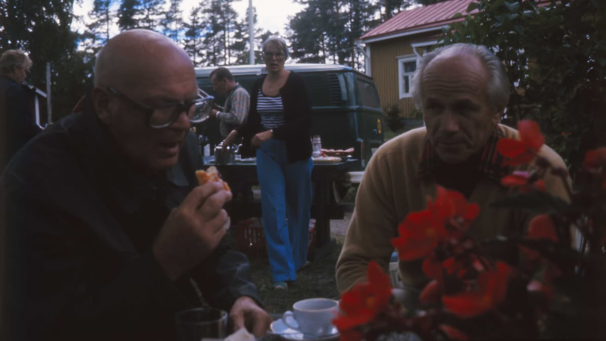 Kekkonen juo kahvia Olavi J. Mattilan kanssa