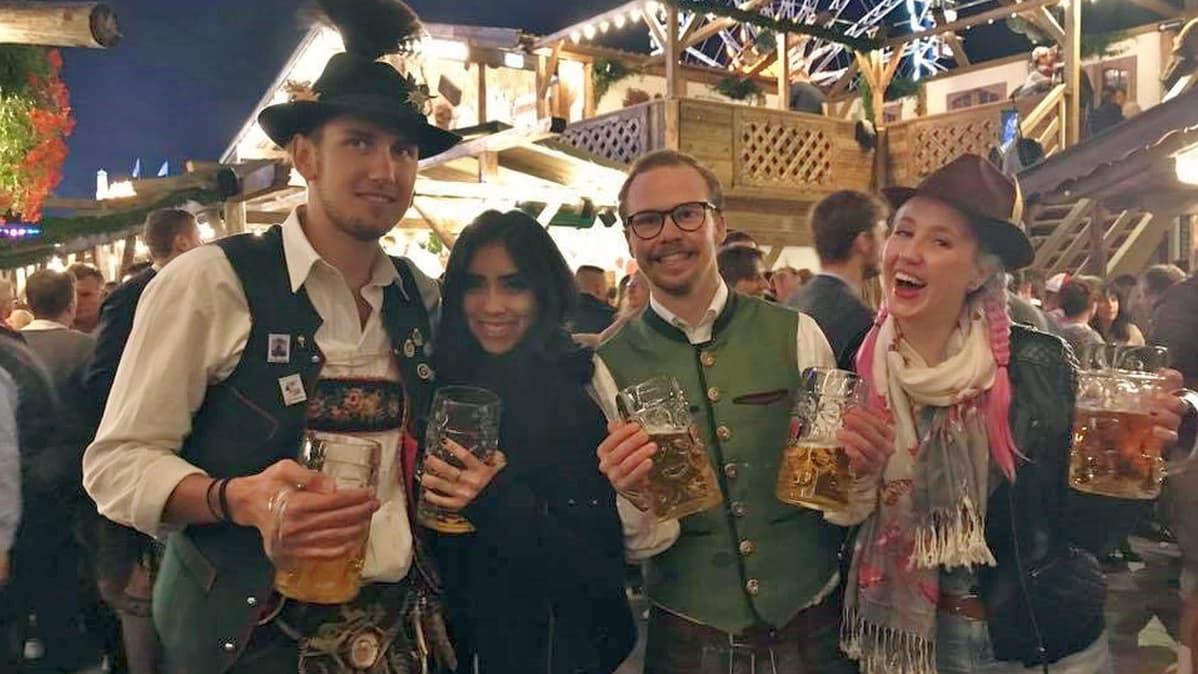 Netta Eskola oktoberfesteilla hostellikavereiden sekä New Yorkissa tapaamansa teksasilaisen tytön kanssa.