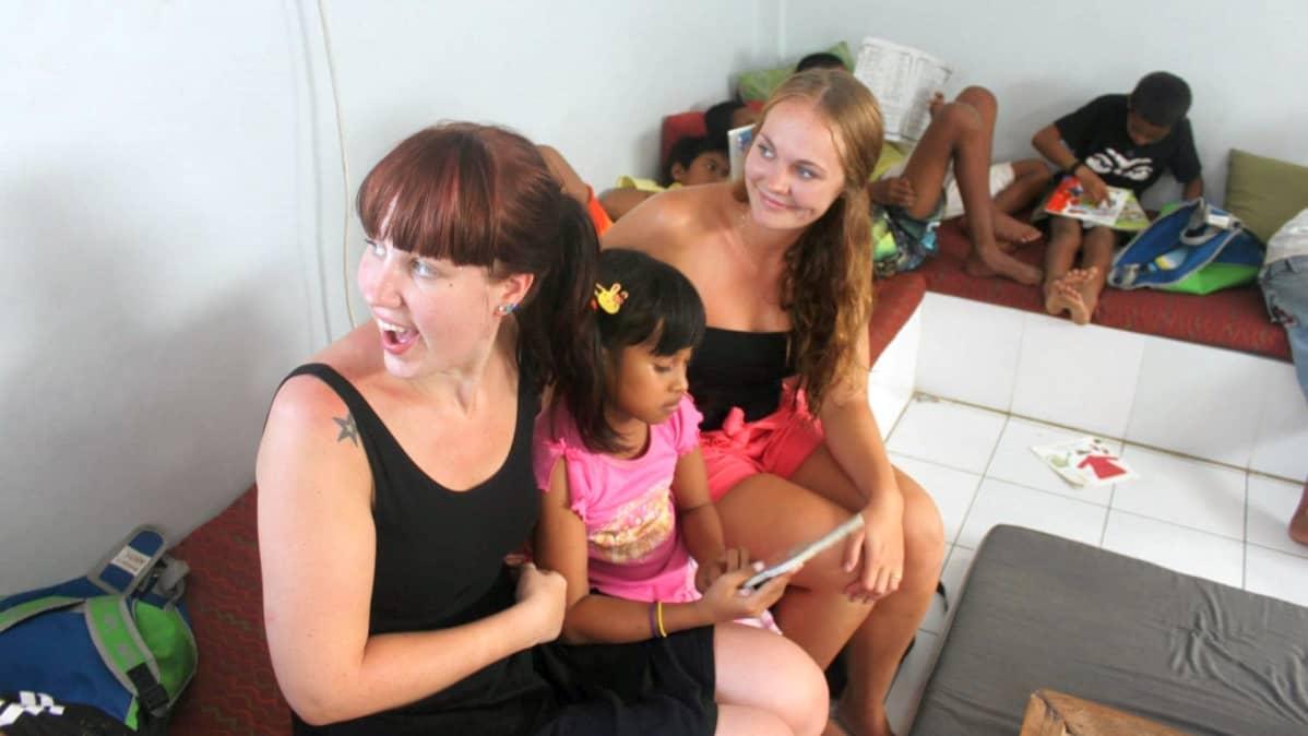 Balin hostellissa Netta Eskola tutustui saksalaisiin tyttöihin, jotka tekivät vapaaehtoistyötä orpokodissa. Vapaaehtoistyön yhdistäminen reppureissaamiseen on entistä suositumpaa.
