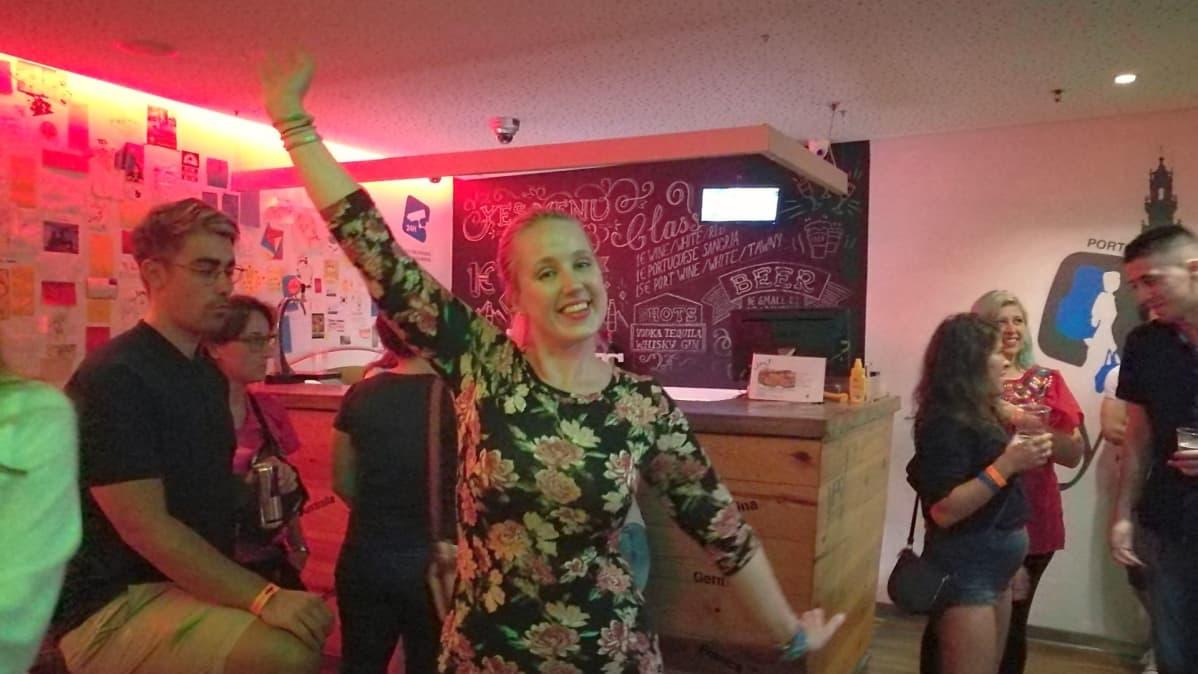 Hostellissa Portugalin Portossa Netta Eskola ja muut asukkaat intoutuivat tanssimaan  hostellin aulassa yhteisen illallisen jälkeen.