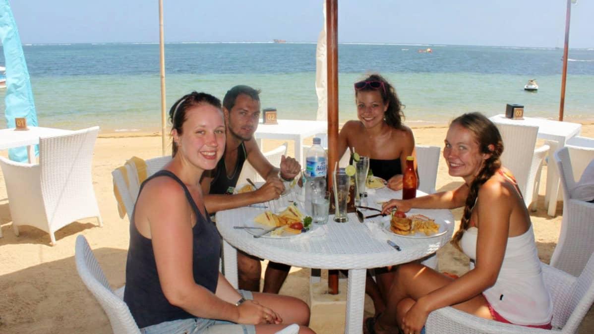 Netta Eskola, saksalaiset tytöt sekä englantilainen nuori mies aamupalalla hostellia vastapäätä sijaitsevassa ravintolassa Gili Trawangan -saarella Indonesiassa.