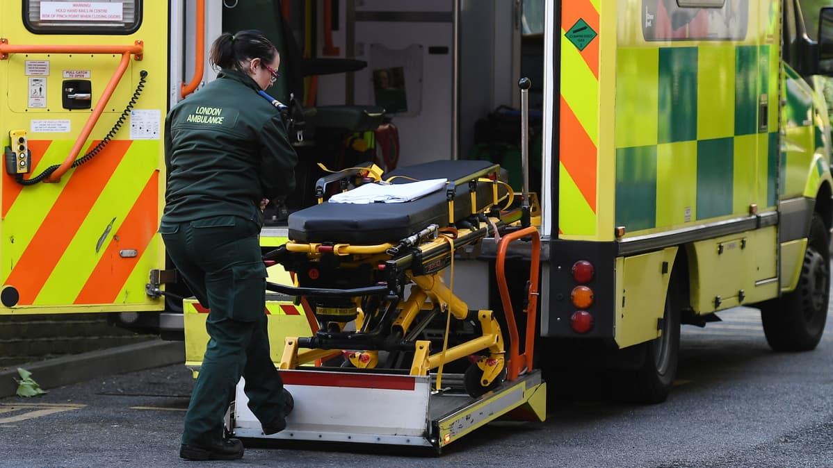 Ensihoitaja lastasi paareja ambulanssiin Britannian terveysviraston NHS:n alaisessa sairaalassa Lontoossa.