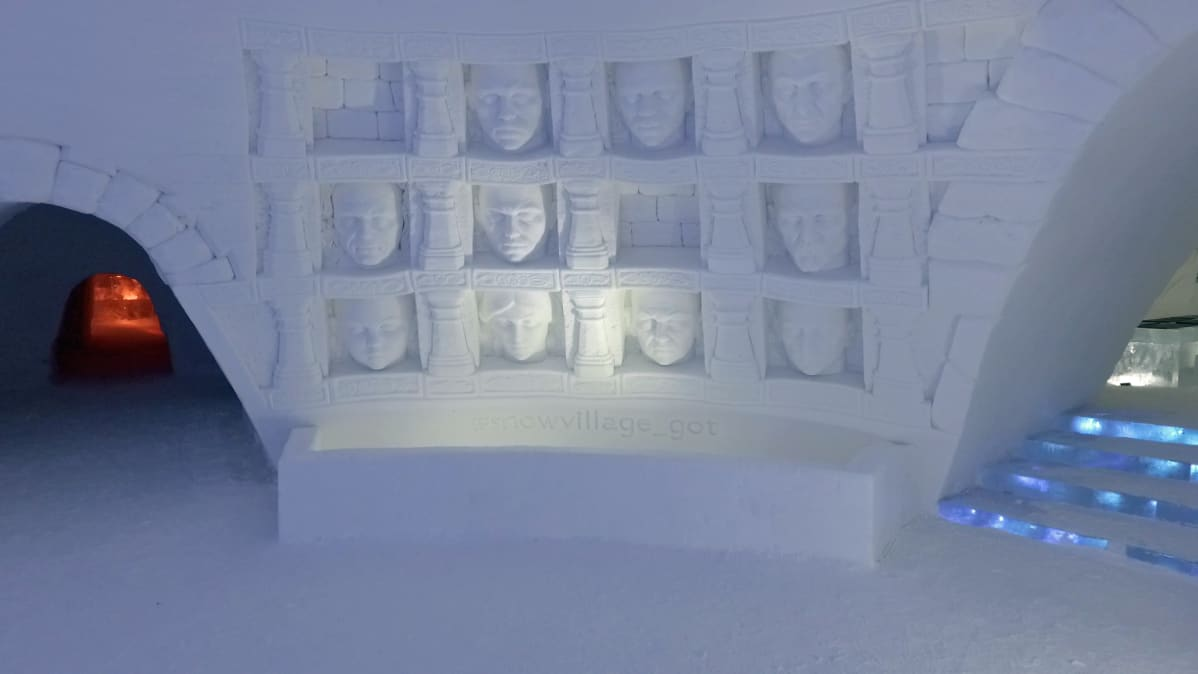 Kasvojen galleria Hall of Faces Snow Villagessa