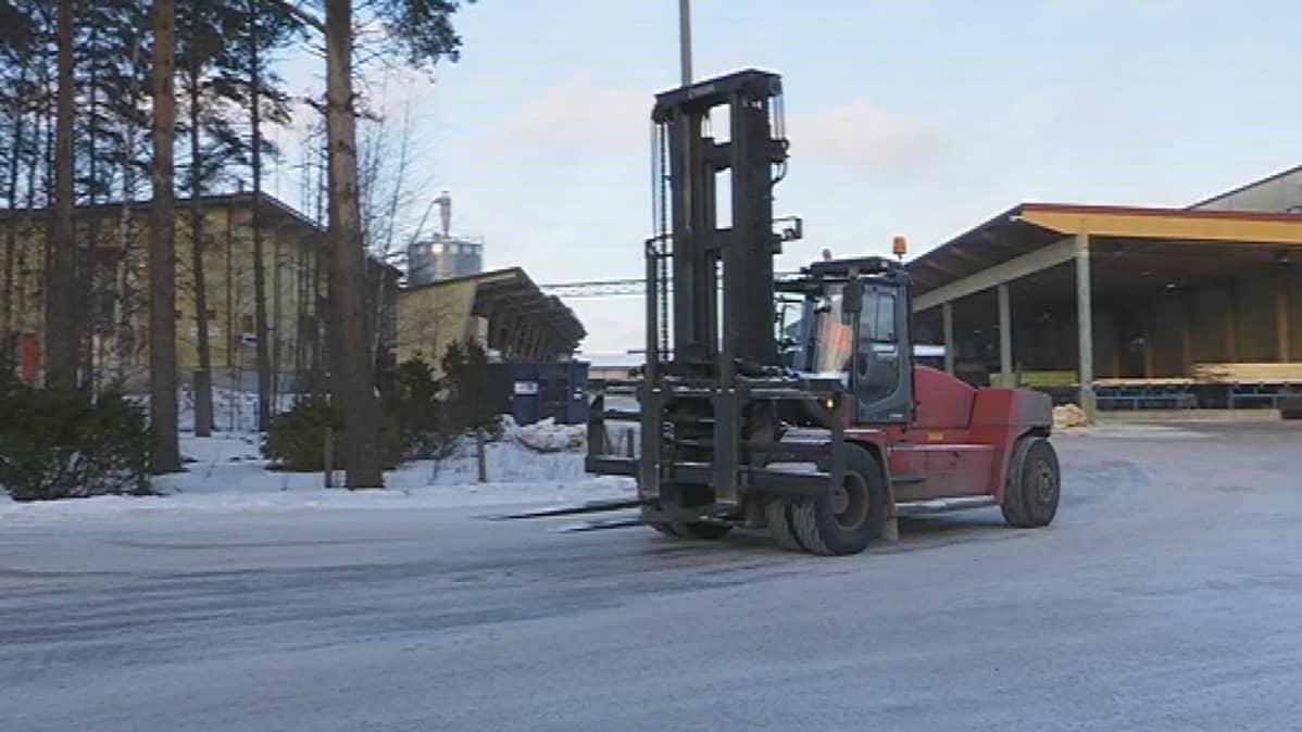 Joukkohaudan muistomerkki sijaitsee keskellä teollisuusaluetta Vierumäellä.