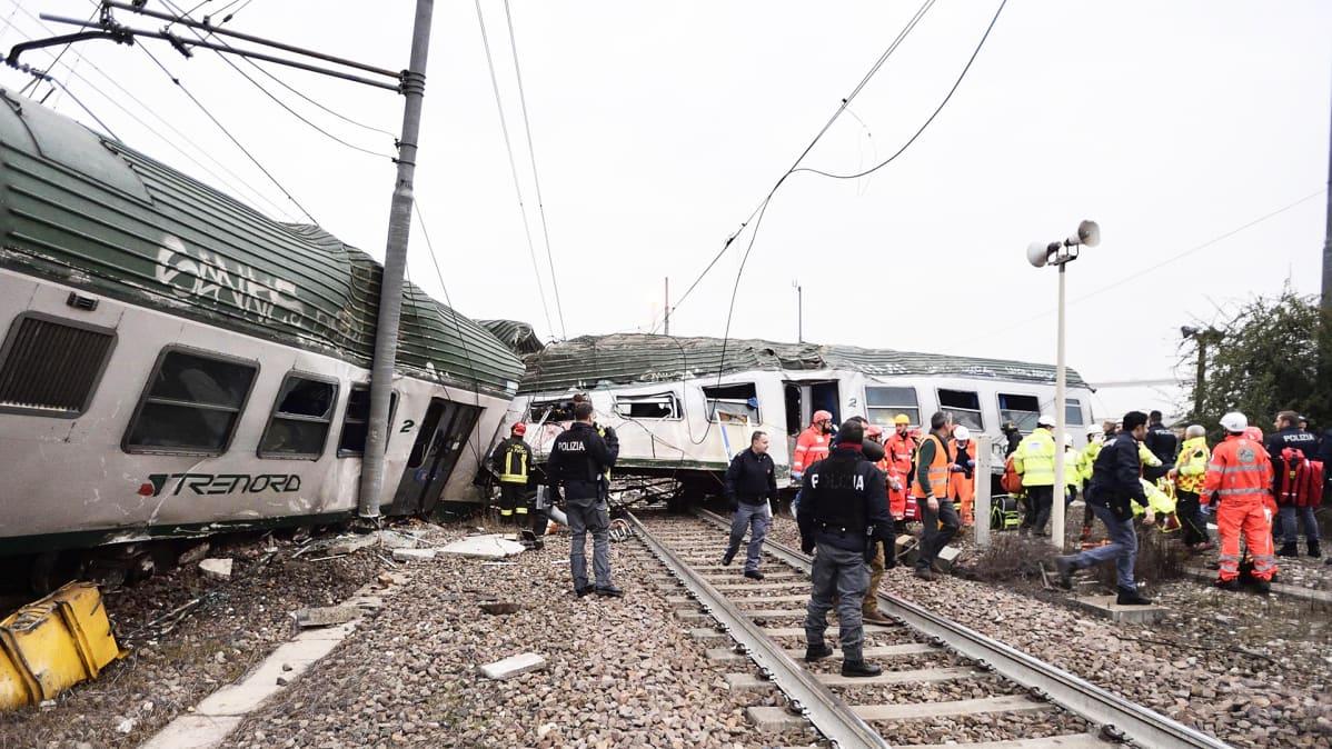 Raiteilta suistunut juna.