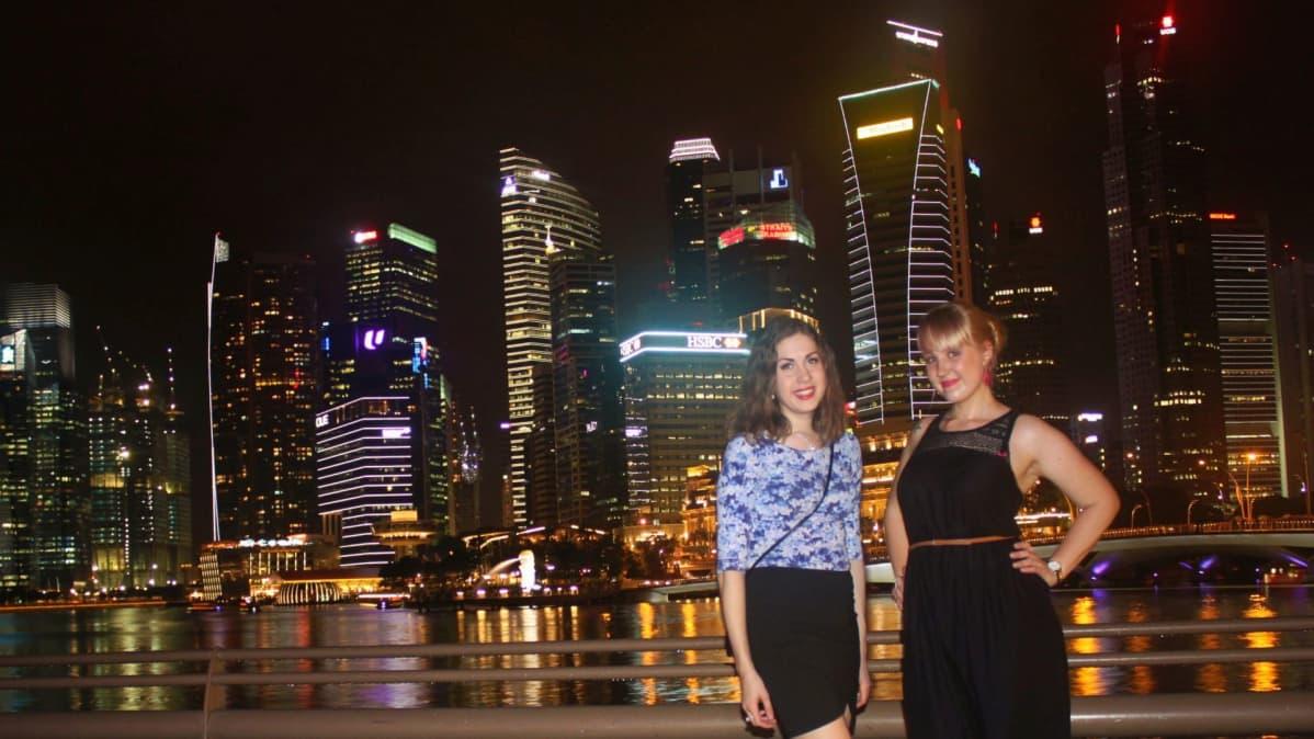 Hostelleja löytyy joka puolelta maailmaa. Singaporessa Netta Eskola ehätti suomalaisen ystävänsä kanssa tutustumaan kaupungin öisiin maisemiin.