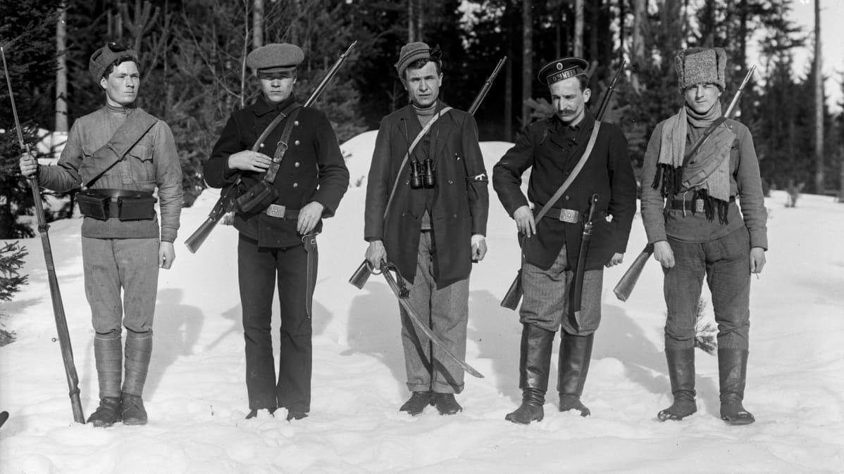 Punakaartilaisia ja punaisten puolella taistelevia venäläisiä Ruovedellä.