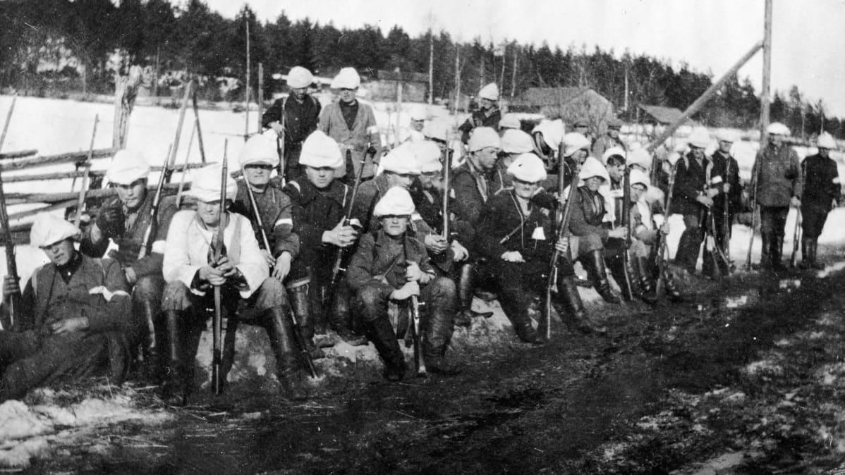 Valkoisten kolonna lepotauolla Orivedellä matkalla kohti Tamperetta.