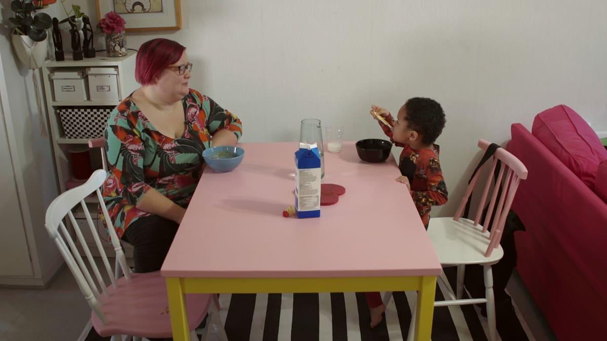 Tinna Pehkonen syö Noel-poikansa kanssa hernekeittoa.
