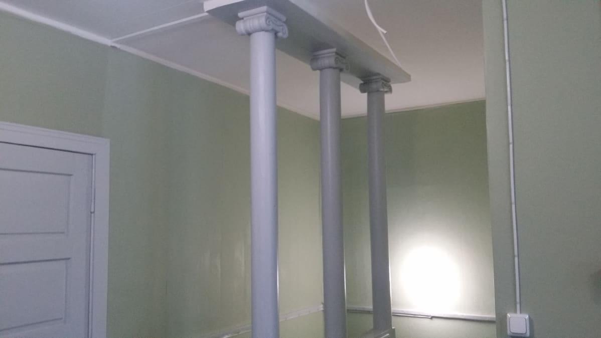 Portaikon pylväät ovat rakennusrestauroija Suvi Kivipellon suosikkikohtia Villa Väinölässä.