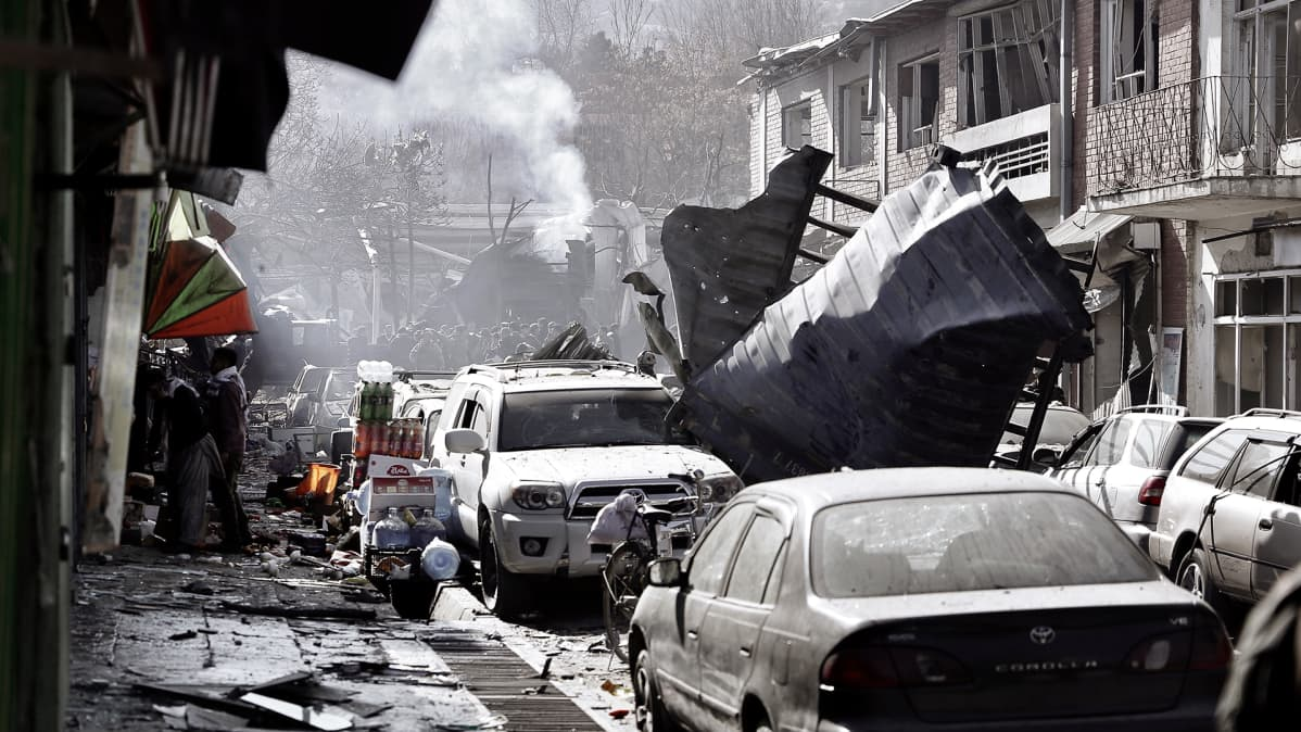 Kabulilainen katu pommiräjähdyksen jäljiltä