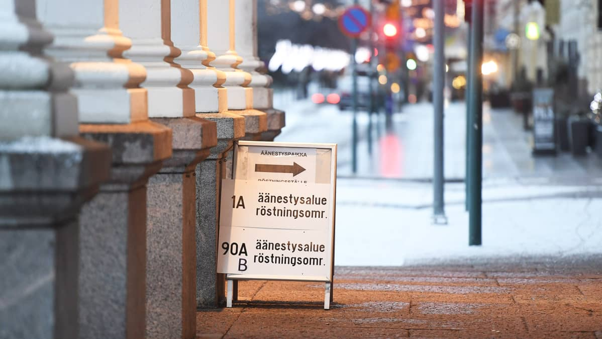 Äänestypaikan kyltti kadulla.