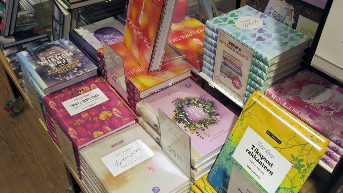 Terapiakirjoja esillä kirjakaupassa.