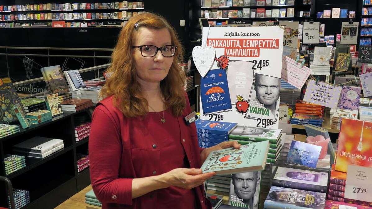Myymälävastaava Tuija Tapanainen.