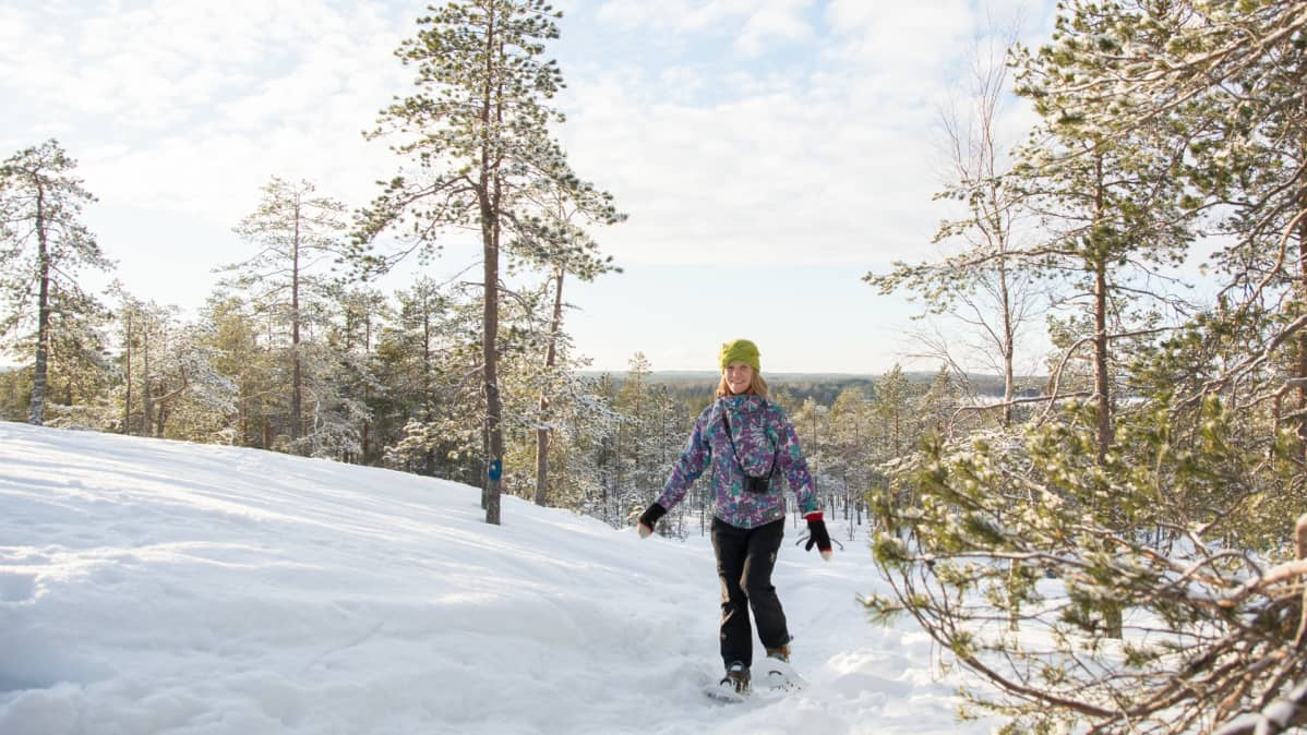 Kaisa Merilahti lumikenkäilee Kajaanin Akkovaaralla.