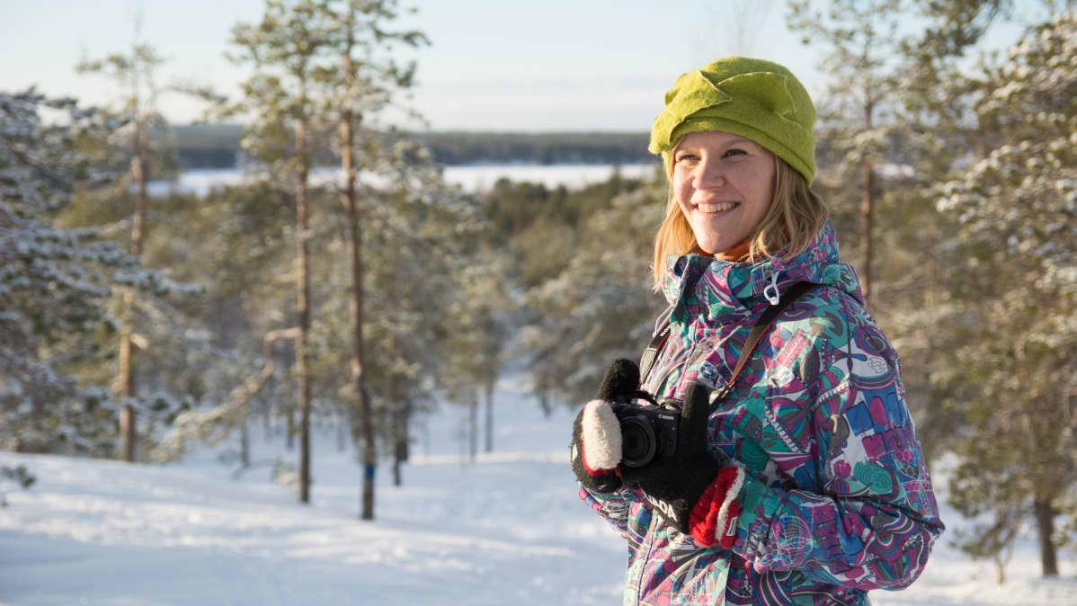 Bloggaaja Kaisa Merilahti pitelee kameraa.