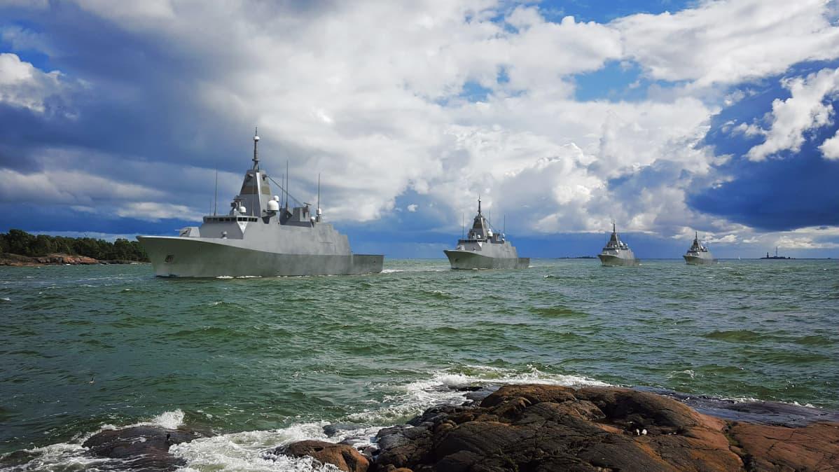 Puolustusministeriön havainnekuvassa Laivue 2020 -hankkeen alukset lähestyvät Kustaanmiekkaa.