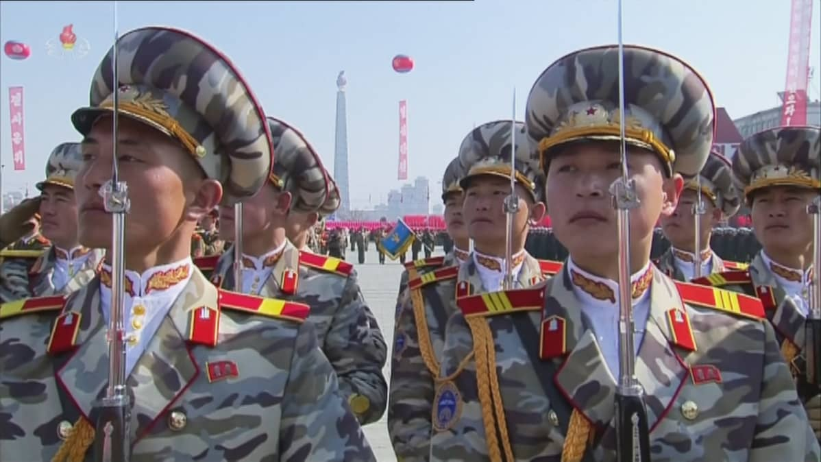 Pohjois-Korealaisisa sotilaita paraatissa.