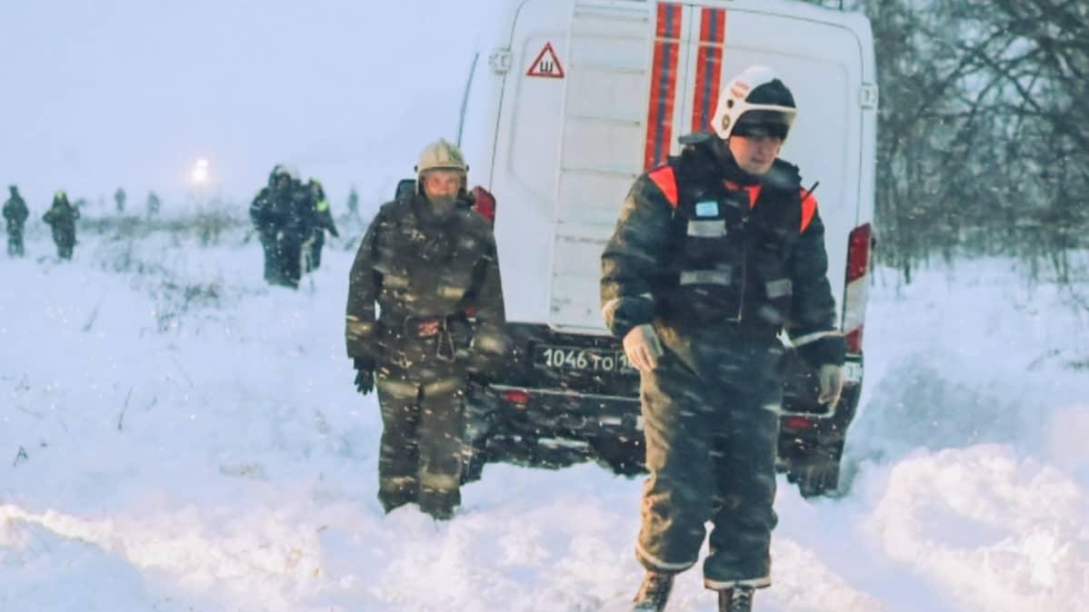 Pelastushenkilökuntaa lentoturman paikalla.