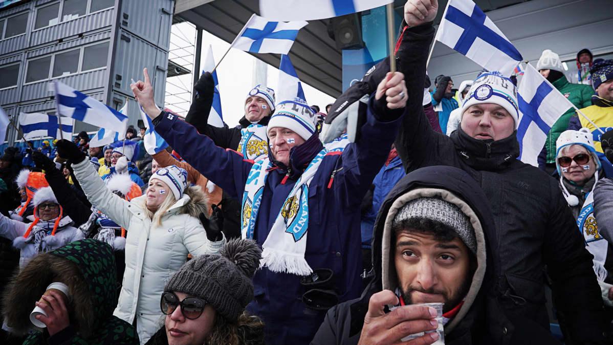 Suomalaisfaneja lippuineen.
