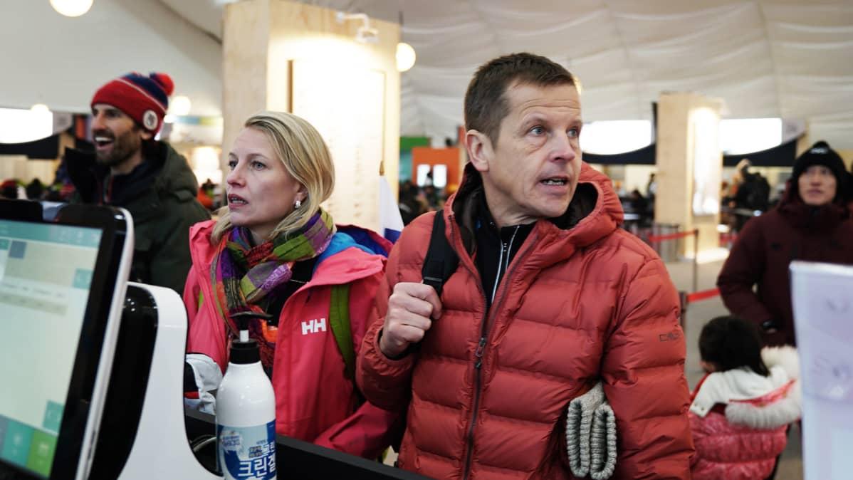 Pauli Jormanainen ja Merja Hiltunen tutkivat ruokavaihtoehtoja ruokahallissa. Lounasaikaan pöydissä on hyvin tilaa.
