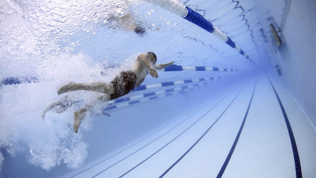 Henkilö uimaradalla - kuva veden alta.