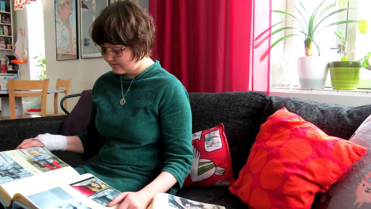 Hanna Palhsten katsoo vanhoja valokuvia