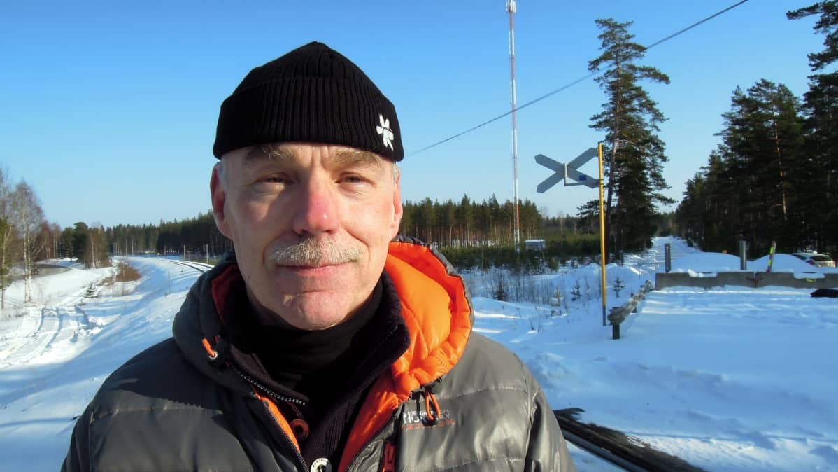 Raaseporin kaupunginvaltuuston varapuheenjohtaja Ulf Heimberg. Taustalla näkyvät betoniporsaat estävät toistaiseksi Skogbyn tasoristeyksen käyttämisen.