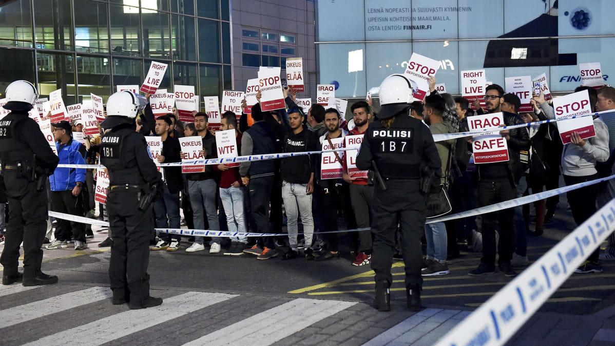 Mielenosoitus turvapaikanhakijoiden palautusta vastaan Helsinki-Vantaan lentokentällä 4. heinäkuuta 2017.