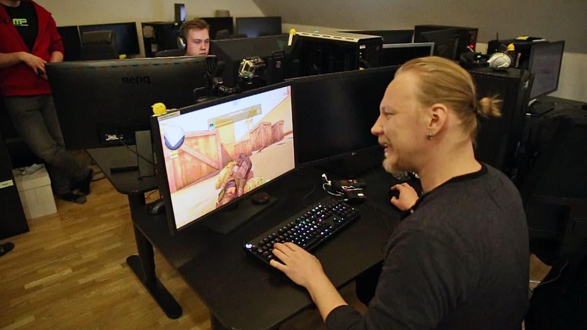 Kaksi miestä pelaa Counterstrikea