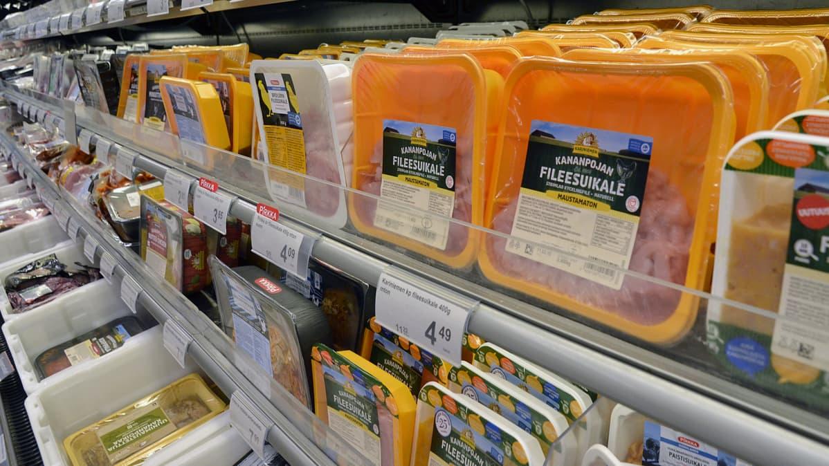 Pakattua lihaa kylmähyllyssä