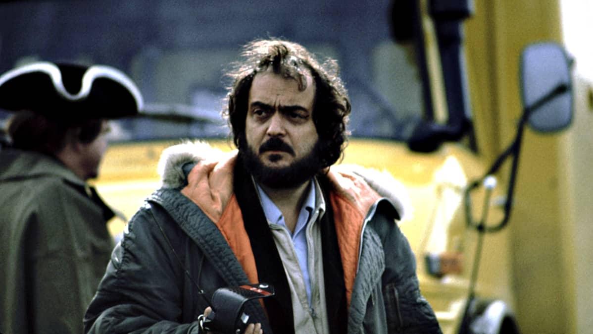 Stanley Kubrick Barry Lyndonin lavasteissa vuonna 1975.