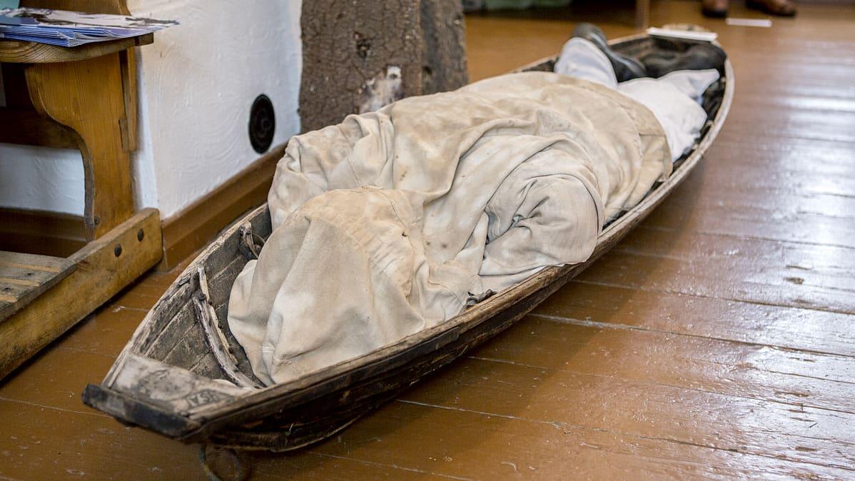 Kollaa- ja Simo Häyhä -museo. Kuvassa Simo Häyhää esittävä nukke, joka makaa haavoittuneena ahkiossa.