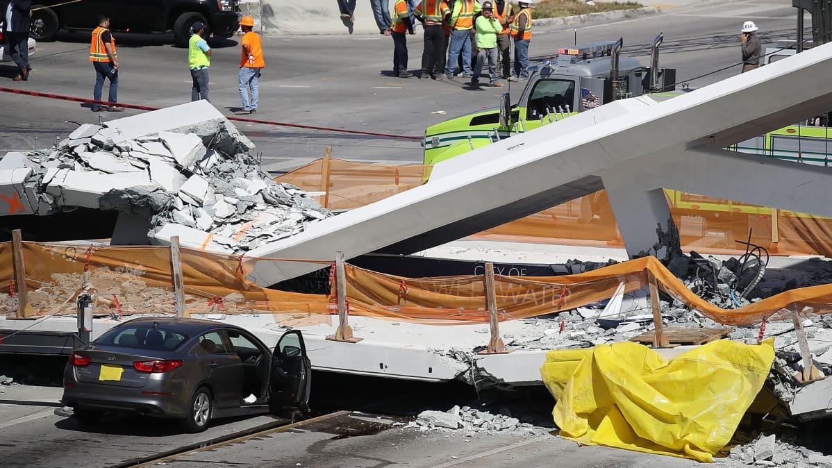 Pelastushenkilöstöä onnettomuuspaikalla Floridassa 15. maaliskuuta, jossa kävelysilta sortui vain muutamaa päivää valmistumisensa jälkeen.