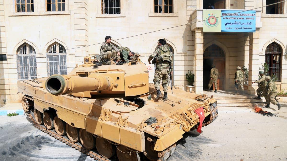 Turkkilainen panssarivaunu Afrinin kaupungissa Syyriassa.