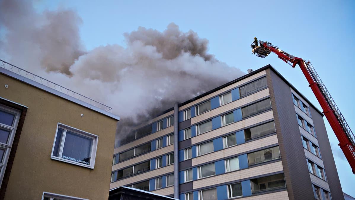 Palokunta sammuttaa tulipaloa Tampereen keskustassa tiistaiaamuna 20. maaliskuuta.